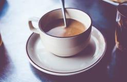 Εκλεκτής ποιότητας φίλτρο: Τοπικός καφές της Ταϊλάνδης στο φλυτζάνι στον πίνακα, ασβέστιο οδών στοκ εικόνα με δικαίωμα ελεύθερης χρήσης