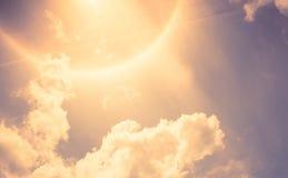 Εκλεκτής ποιότητας φίλτρο: Φωτοστέφανος ήλιων με το σύννεφο και το μπλε ουρανό στοκ φωτογραφία με δικαίωμα ελεύθερης χρήσης
