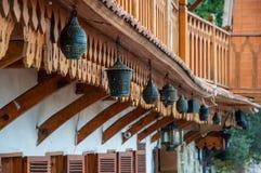 Εκλεκτής ποιότητας φανάρια που κρεμούν σε ένα ξύλινο μπαλκόνι μακροπρόθεσμα Στοκ Εικόνες