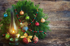 Εκλεκτής ποιότητας φανάρι με το στεφάνι Χριστουγέννων Στοκ φωτογραφία με δικαίωμα ελεύθερης χρήσης