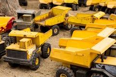 Εκλεκτής ποιότητας φορτηγά απορρίψεων παιχνιδιών Στοκ Φωτογραφία