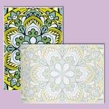 Εκλεκτής ποιότητας φυλλάδια με το σχέδιο mandala σε έναν χλωμό - ρόδινο υπόβαθρο Στοκ φωτογραφίες με δικαίωμα ελεύθερης χρήσης
