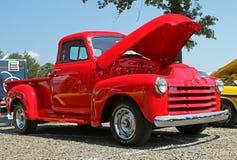 Εκλεκτής ποιότητας φωτεινό κόκκινο ανοιχτό φορτηγό Στοκ Εικόνες