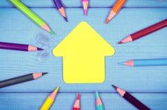 Εκλεκτής ποιότητας φωτογραφία, ζωηρόχρωμα κραγιόνια και μορφή του σχολικού κτιρίου στους πίνακες Στοκ εικόνα με δικαίωμα ελεύθερης χρήσης