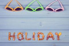 Εκλεκτής ποιότητας φωτογραφία, διακοπές του Word φιαγμένες από ηλέκτρινα πέτρες και γυαλιά ηλίου, θερινός χρόνος Στοκ Εικόνα