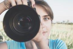 Εκλεκτής ποιότητας φωτογραφία μιας νέας γυναίκας την της οποίας φωτογραφία χόμπι και κάνει τον επόμενο φακό εικόνων Στοκ φωτογραφίες με δικαίωμα ελεύθερης χρήσης