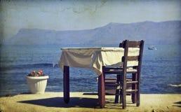 Εκλεκτής ποιότητας φωτογραφία να δειπνήσει του πίνακα και των καρεκλών καθορισμένων Στοκ Εικόνες
