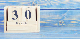 Εκλεκτής ποιότητας φωτογραφία, στις 30 Μαρτίου Ημερομηνία της 30ής Μαρτίου στο ξύλινο ημερολόγιο κύβων Στοκ Εικόνες