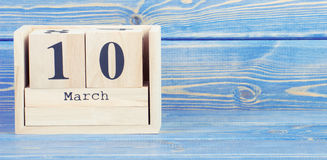Εκλεκτής ποιότητας φωτογραφία, στις 10 Μαρτίου Ημερομηνία της 10ης Μαρτίου στο ξύλινο ημερολόγιο κύβων Στοκ Φωτογραφία