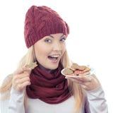 Εκλεκτής ποιότητας φωτογραφία, χαμογελώντας γυναίκα στη μάλλινη ΚΑΠ και μελοψώματα εκμετάλλευσης σαλιών, χρόνος Χριστουγέννων Στοκ Φωτογραφίες