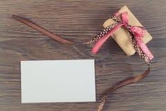 Εκλεκτής ποιότητας φωτογραφία, δώρο με την κορδέλλα και επιστολή αγάπης για την ημέρα βαλεντίνων, διάστημα αντιγράφων για το κείμ Στοκ εικόνες με δικαίωμα ελεύθερης χρήσης