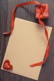 Εκλεκτής ποιότητας φωτογραφία, δώρο με την κορδέλλα και επιστολή αγάπης για την ημέρα βαλεντίνων, διάστημα αντιγράφων για το κείμ Στοκ Εικόνα