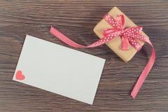Εκλεκτής ποιότητας φωτογραφία, δώρο με την κορδέλλα και επιστολή αγάπης για την ημέρα βαλεντίνων, διάστημα αντιγράφων για το κείμ Στοκ Εικόνες