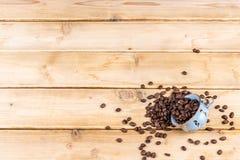 Εκλεκτής ποιότητας φλυτζάνι καφέ σε έναν ξύλινο πίνακα Στοκ φωτογραφία με δικαίωμα ελεύθερης χρήσης