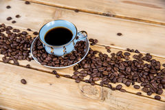Εκλεκτής ποιότητας φλυτζάνι καφέ σε έναν ξύλινο πίνακα Στοκ Φωτογραφία