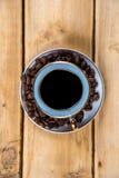 Εκλεκτής ποιότητας φλυτζάνι καφέ σε έναν ξύλινο πίνακα Στοκ εικόνες με δικαίωμα ελεύθερης χρήσης