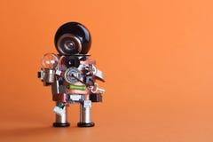 Εκλεκτής ποιότητας χαρακτήρας ρομπότ σχεδίου με το βολβό λαμπτήρων Μηχανισμός παιχνιδιών τσιπ υποδοχών κυκλωμάτων, αστείο μαύρο κ Στοκ φωτογραφία με δικαίωμα ελεύθερης χρήσης