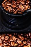 Εκλεκτής ποιότητας χειρωνακτικός μύλος καφέ με τα φασόλια καφέ ξύλινο σε καφετή Στοκ φωτογραφία με δικαίωμα ελεύθερης χρήσης