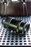 Εκλεκτής ποιότητας χειρωνακτικός φωτογραφικός φακός καμερών στο μεταλλικό υπόβαθρο στοκ φωτογραφία