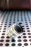 Εκλεκτής ποιότητας χειρωνακτικός φωτογραφικός φακός καμερών στο μεταλλικό υπόβαθρο στοκ εικόνα