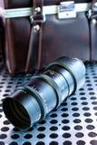Εκλεκτής ποιότητας χειρωνακτικός φωτογραφικός φακός καμερών στο μεταλλικό υπόβαθρο στοκ φωτογραφίες