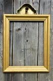 Εκλεκτής ποιότητας χρυσό ξύλινο πλαίσιο εικόνων στον παλαιό ξύλινο τοίχο Στοκ εικόνα με δικαίωμα ελεύθερης χρήσης