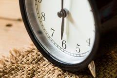Εκλεκτής ποιότητας χρόνος ρολογιών κινηματογραφήσεων σε πρώτο πλάνο στο ρολόι 6 ο ` Στοκ Εικόνες