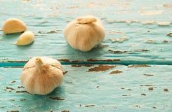 Εκλεκτής ποιότητας ύφος τόνου χρώματος κρητιδογραφιών του σκόρδου στο ξύλινο υπόβαθρο χρώματος Στοκ φωτογραφίες με δικαίωμα ελεύθερης χρήσης