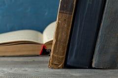 Εκλεκτής ποιότητας, antiquarian, κουρελιασμένα βιβλία στον ξύλινο πίνακα Στοκ Εικόνες