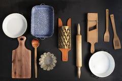 Εκλεκτής ποιότητας Cookware στο μαύρο υπόβαθρο Τοπ όψη στοκ εικόνα με δικαίωμα ελεύθερης χρήσης