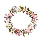 Εκλεκτής ποιότητας floral στεφάνι με τα λουλούδια άνοιξη, φτερά, κλειδιά Watercolor γύρω από τα σύνορα Στοκ Εικόνες