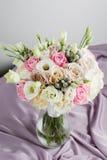 Εκλεκτής ποιότητας floristic υπόβαθρο, ζωηρόχρωμος ευκάλυπτος Hydrangea τριαντάφυλλων στο ύφασμα Γενέθλια Mom Στοκ Φωτογραφίες