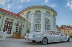 Εκλεκτής ποιότητας limousine δίπλα στο κάστρο σε Raudondvaris Στοκ Εικόνα
