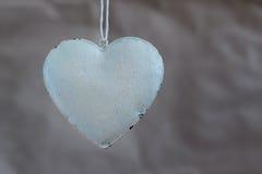 Εκλεκτής ποιότητας shabby καρδιές στο υπόβαθρο του παλαιού εγγράφου Μαλακή εστίαση, τρόπος υποβάθρου Στοκ Εικόνες
