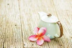 Εκλεκτής ποιότητας teapot και plumaria λουλούδι Στοκ φωτογραφία με δικαίωμα ελεύθερης χρήσης