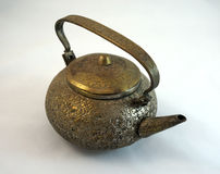 Εκλεκτής ποιότητας teapot ορείχαλκου που απομονώνεται στο άσπρο υπόβαθρο στοκ εικόνες με δικαίωμα ελεύθερης χρήσης
