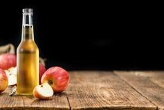 Εκλεκτική εστίαση μηλίτη της Apple στο εκλεκτής ποιότητας ξύλινο υπόβαθρο Στοκ εικόνες με δικαίωμα ελεύθερης χρήσης