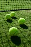 Εκλεκτική εστίαση πίσω ελαφριά σκιά σφαιρών αντισφαίρισης στη χλόη γ αντισφαίρισης Στοκ Φωτογραφία