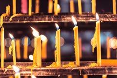 Εκλεκτική εστίαση πολλοί κερί στο ράφι Στοκ εικόνα με δικαίωμα ελεύθερης χρήσης