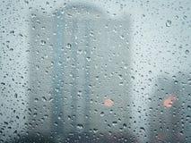 Εκλεκτική εστίαση, σταγόνες βροχής στο γυαλί Στοκ Εικόνα