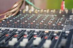 Εκλεκτική εστίαση στον ακουστικό αναμίκτη στο θάλαμο ελέγχου για τις συνεδριάσεις/τα εργαστήρια στοκ εικόνα με δικαίωμα ελεύθερης χρήσης