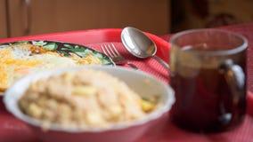 Εκλεκτική εστίαση στο κουτάλι, δίκρανο Θολωμένο πρόγευμα oatmeal, ανακατωμένα αυγά, φλυτζάνι του τσαγιού Στοκ φωτογραφία με δικαίωμα ελεύθερης χρήσης