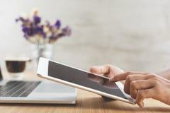 Εκλεκτική ψηφιακή ταμπλέτα χρήσης χεριών εστίασης στο γραφείο εργασίας Στοκ Εικόνα
