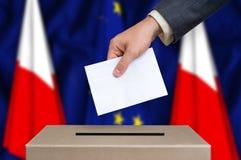 Εκλογή στην Πολωνία - που ψηφίζει στο κάλπη στοκ εικόνες