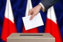 Εκλογή στην Πολωνία - που ψηφίζει στο κάλπη στοκ φωτογραφία