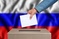 Εκλογή στη Ρωσία - που ψηφίζει στο κάλπη στοκ φωτογραφία