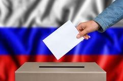 Εκλογή στη Ρωσία - που ψηφίζει στο κάλπη στοκ εικόνες