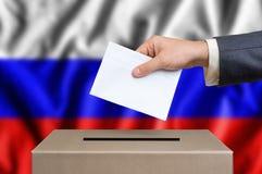 Εκλογή στη Ρωσία - που ψηφίζει στο κάλπη στοκ φωτογραφίες