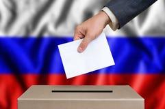 Εκλογή στη Ρωσία - που ψηφίζει στο κάλπη στοκ εικόνα με δικαίωμα ελεύθερης χρήσης