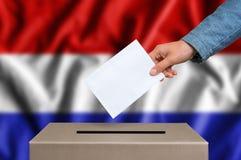 Εκλογή στις Κάτω Χώρες - που ψηφίζουν στο κάλπη Στοκ φωτογραφία με δικαίωμα ελεύθερης χρήσης